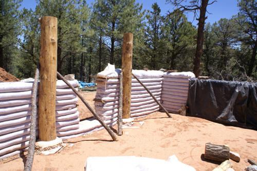 Vivienda en construcción utilizando sacos de superadobe