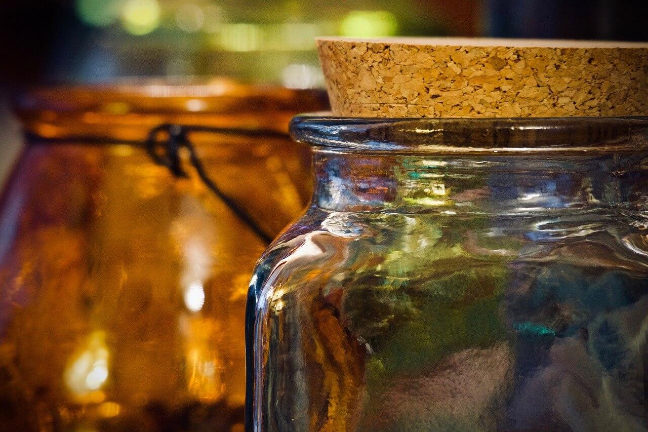 Corcho ecológico en un bote de vidrio
