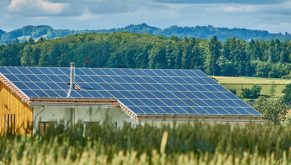 Casa con paneles solares ocupando la totalidad de su tejado