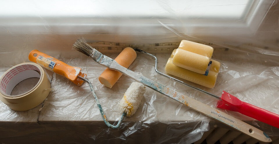Cinta de pintor, pinceles, brochas, plásticos para pintura