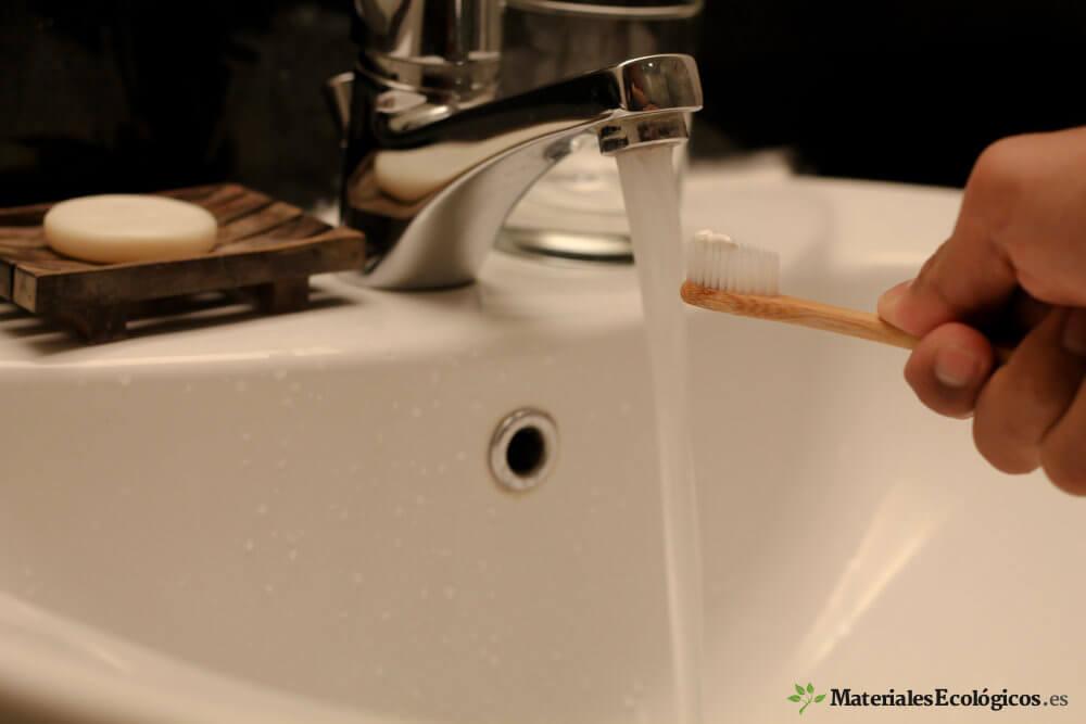 agua sale de un grifo para lavarse los dientes