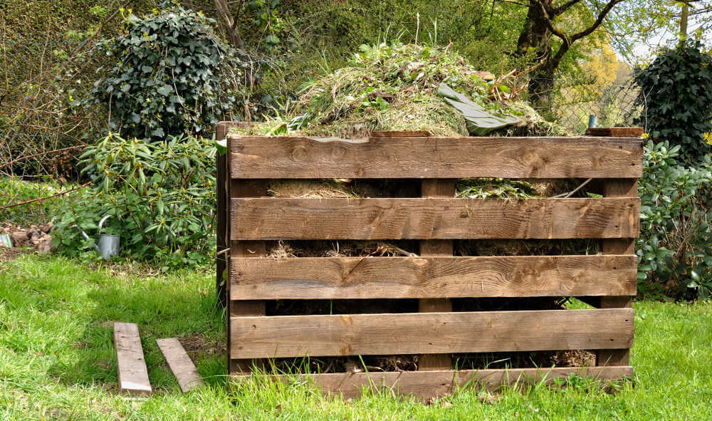compost en una compostera de tablas
