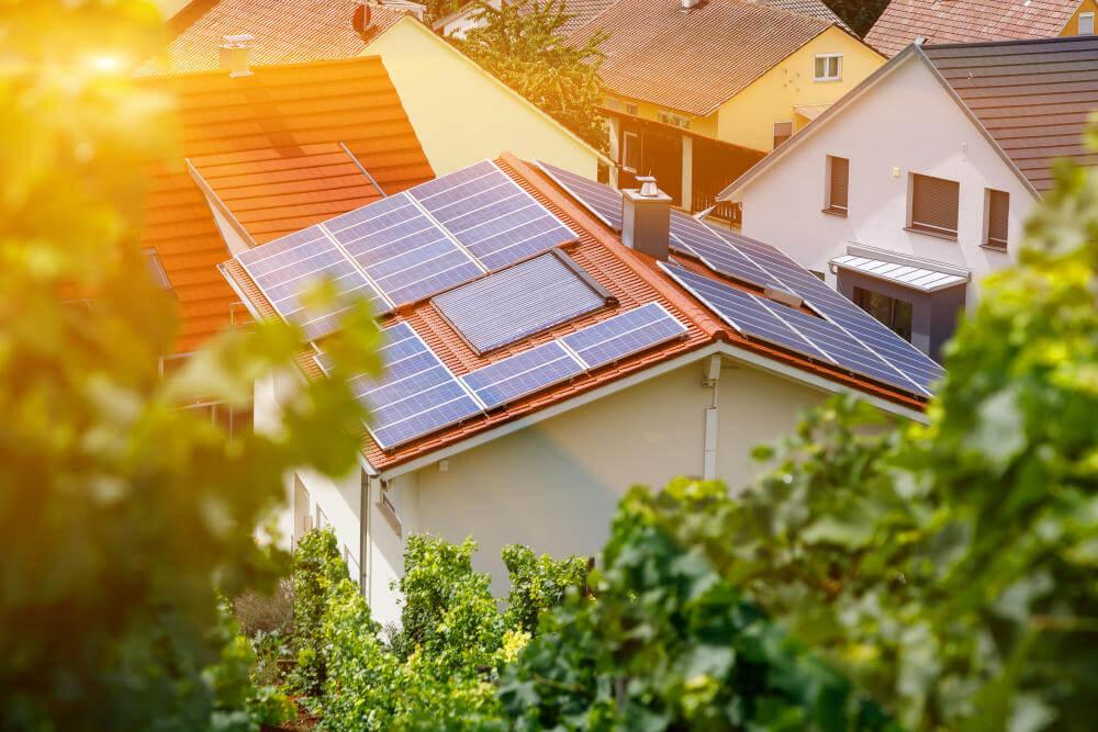 casa con paneles solares fotovoltaicos de energía solar