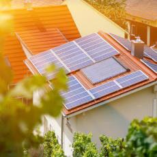 vivienda con paneles de energía solar fotovoltaica